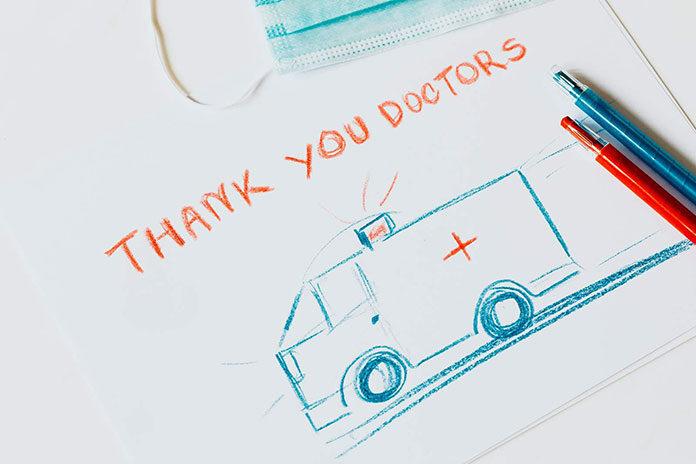 Lekarz w kontakcie z małym pacjentem